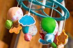 Musikalische mobile Luftballone des Kinderspielzeugs mit den Tieren, die heraus spähen lizenzfreie stockfotografie
