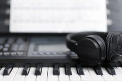 Musikalische Tastatur der Elektronik mit Kopfhörern stockbild