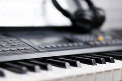 Musikalische Tastatur der Elektronik mit Kopfhörern stockfotografie