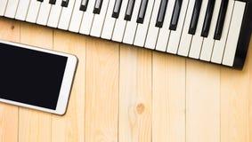 Musikalische Tastatur mit Tablette auf Holz Lizenzfreie Stockfotografie