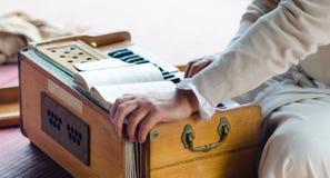 Musikalische Unterhaltungen mit Harmonium während Guru Purnimas stockfotos