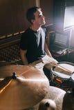 Musikalische Wiederholung Schaffung der neuen Musik auf Trommeln stockfotografie