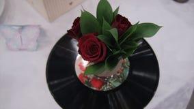 Musikalischer Blumenstrauß von Rosen und von Aufzeichnung Schöner Blumenstrauß r von roten Rosen ist auf Grammvinyl Rosen und Auf Lizenzfreies Stockfoto