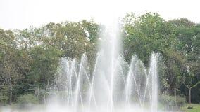 Musikalischer Tanzenbrunnen am Garten in Bangkok Thailand stock footage