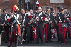 Musikalisches Band Italiener Carabinieri-Musiker, die auf ihre Leistung warten Lizenzfreie Stockbilder