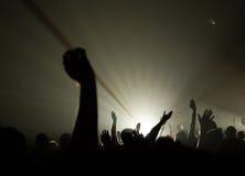 Musikalisches Konzert - Christ - mit der emporgehobenen Handanbetung Stockfoto