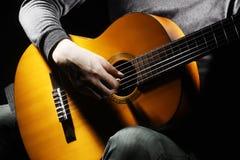Musikalisches Spielen der Akustikgitarre. Stockbild