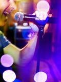 Musikalisk bakgrund Mic och sångare Royaltyfri Fotografi
