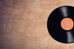 Musikalisk diskett för vinyl på träbakgrund; Arkivfoton