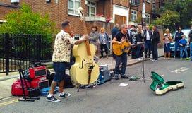 Musikalisk grupp som spelar på gatan royaltyfri fotografi