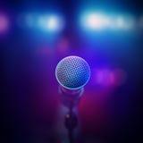 Musikalisk mikrofon på etapp Royaltyfri Bild