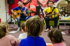 Musikalisk musikband för barn Troly och El Lobito royaltyfri bild