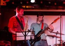 Musikalisk musikband som direkt utför arkivbilder