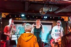 Musikalisk musikband som direkt utför royaltyfri bild
