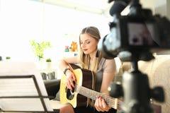Musikalisk video blogg som skapar begreppsonline-kurs royaltyfria foton