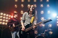 Musikaliska aktörer på etappen i nattklubb Royaltyfri Fotografi