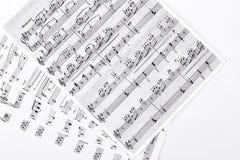 Musikaliska anmärkningar på vit bakgrund Royaltyfria Bilder