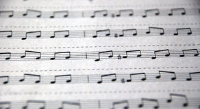 Musikaliska anmärkningar som är skriftliga på notational linjer Fotografering för Bildbyråer