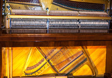 musikaliska instrument Den inre strukturen av ett piano Arkivbilder