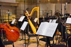 Musikaliska instrument och notblad Arkivbild