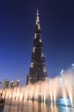 Musikaliska springbrunnar framme av Burj Khalifa Royaltyfria Bilder