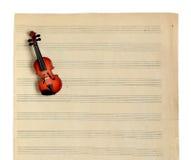 Musikanmärkningar och fiol. Royaltyfria Bilder