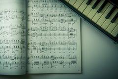 Musikanmärkningar och piano Arkivfoto