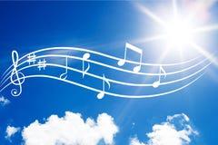 Musikanmärkningar på himmelbakgrund royaltyfri fotografi