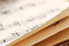 Musikanmärkningar som lär boken för bakgrund arkivbilder