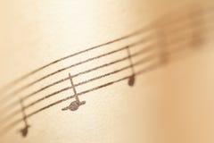 Musikanmerkungen über Papier stockbilder