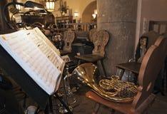 Musikanmerkungen und -horn, die auf das Orchester warten Stockbilder