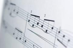 Musikanmärkningar på vit bakgrund Royaltyfria Foton
