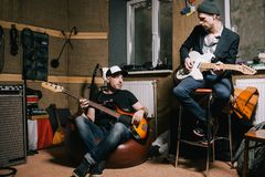 Musikband av vuxna gitarrister som repeterar i garage Royaltyfria Bilder