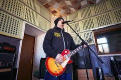 Musikband Brutto, das in einem Tonstudio durchführt Stockfotografie