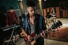 Musikband, die Wiederholung in einem Studio hat stockbilder
