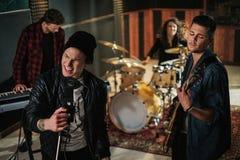 Musikband, die Wiederholung in einem Studio hat stockfotos