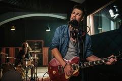 Musikband, die Wiederholung in einem Studio hat lizenzfreies stockbild