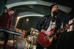 Musikband, die Wiederholung in einem Studio hat lizenzfreie stockbilder