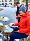 Musikband för festivalmusik Vänner som spelar på den utomhus- ett slagverksinstrumentstaden Royaltyfri Bild