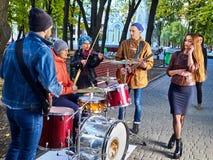 Musikband för festivalmusik Vänner som spelar på ett slagverksinstrumentstad, parkerar Fotografering för Bildbyråer