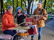 Musikband för festivalmusik Vänner som spelar på ett slagverksinstrumentstad, parkerar Royaltyfri Bild
