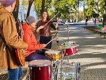 Musikband för festivalmusik Vänner som spelar på ett slagverksinstrumentstad, parkerar Royaltyfri Foto