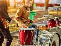 Musikband för festivalmusik Vänner som spelar på ett slagverksinstrumentstad, parkerar Arkivbilder