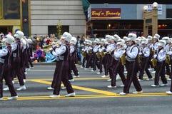 Musikband för marsch för skola för MARSCHMUSIKBAND i ThanksgiviThe Bedford Highng Parade Royaltyfria Bilder