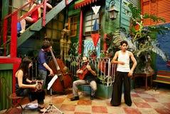 Musikband för musik för LaBoca tango på Buenos Aires Arkivfoton