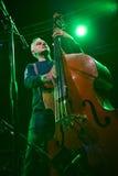 Musikband för röda Snapper som spelar i den Lviv klubban Royaltyfri Bild