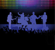 Musikband och folkmassa på en vaggakonsert Royaltyfria Foton