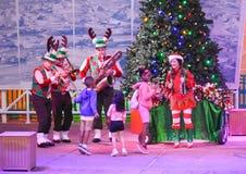 Musikband som spelar jul musik och barn som dansar i internationellt drevområde royaltyfri bild