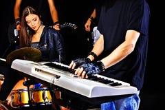 Musikband som spelar musikinstrumentet. Fotografering för Bildbyråer
