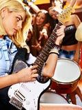 Musikband som spelar musikinstrumentet. Royaltyfri Bild